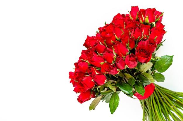Букет из красных роз на белом фоне на день святого валентина. Premium Фотографии
