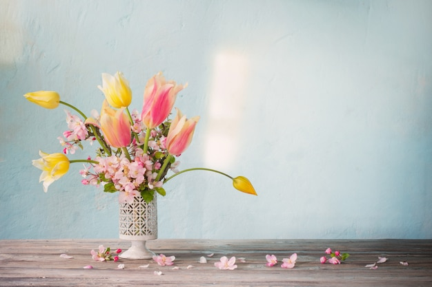 水色の壁に春の花の花束 Premium写真