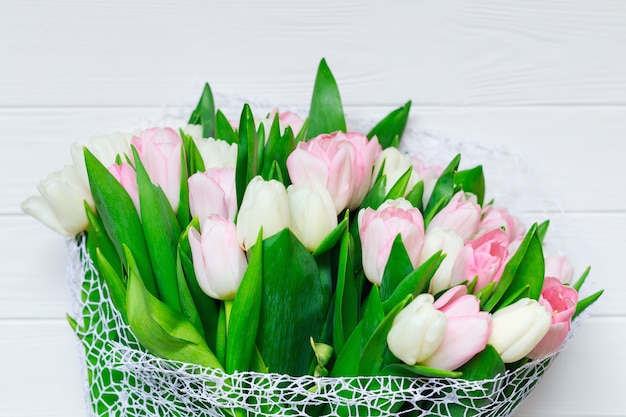 Букет из тюльпанов перед весенней сцены. Premium Фотографии