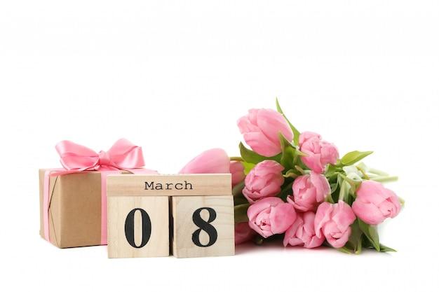 チューリップ、木製のカレンダー、白い背景で隔離のギフトボックスの花束 Premium写真