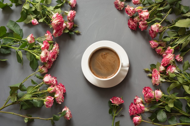 Bouquet of pink bush roses and cup of coffee Premium Photo