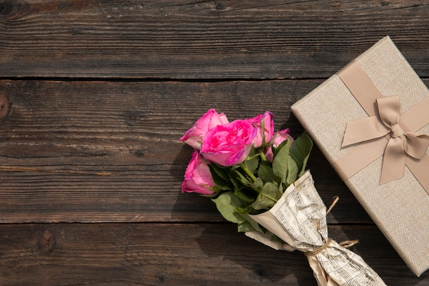 Bouquet of roses and elegant gift Free Photo