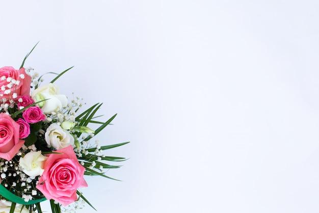 Букет с розовыми и белыми розами на белом фоне Premium Фотографии