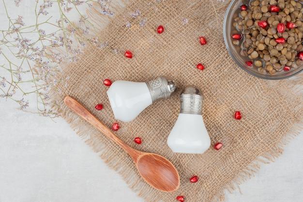 Ciotola di fagioli con semi di melograno e sale su tela. Foto Gratuite