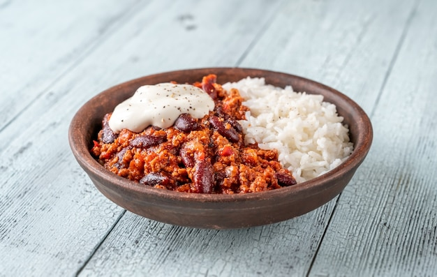 Bowl of chili con carne with rice and sour cream Premium Photo