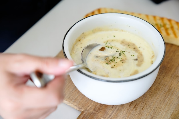 A bowl of delicious homemade cream of mushroom soup Premium Photo
