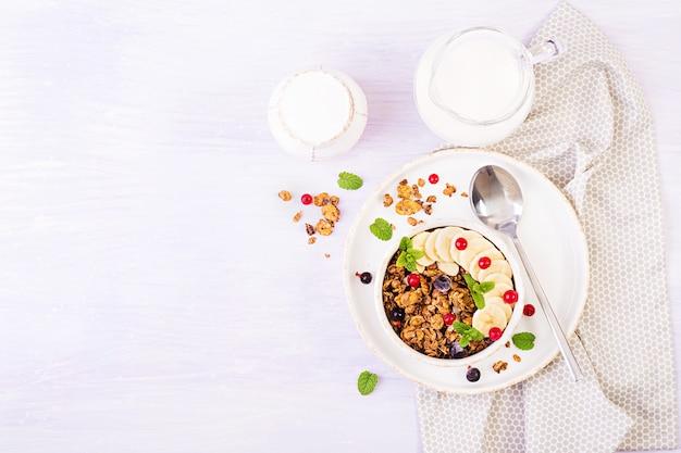 Bowl of homemade granola with yogurt and fresh berries Premium Photo