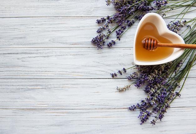 Bowl of honey with lavender Premium Photo