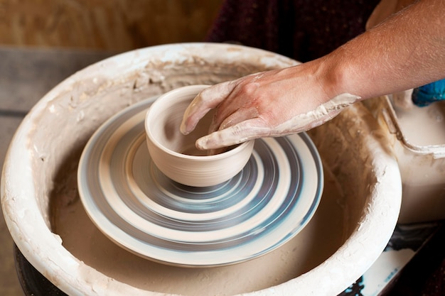 Ciotola di argilla su tornio da vasaio Foto Gratuite