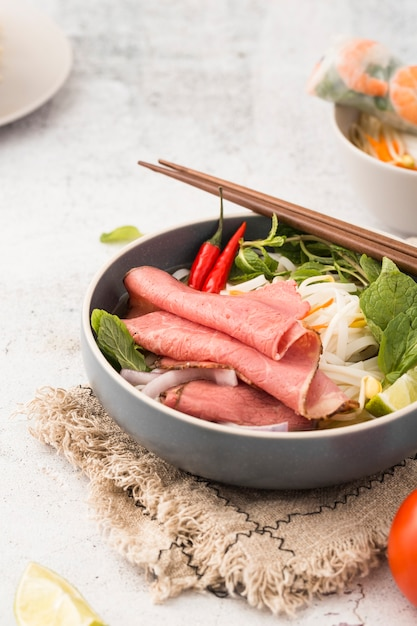 Bowl of noodles with ham and shrimp Free Photo