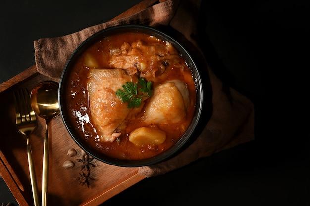 チキンマッサマンカレースープのボウル Premium写真