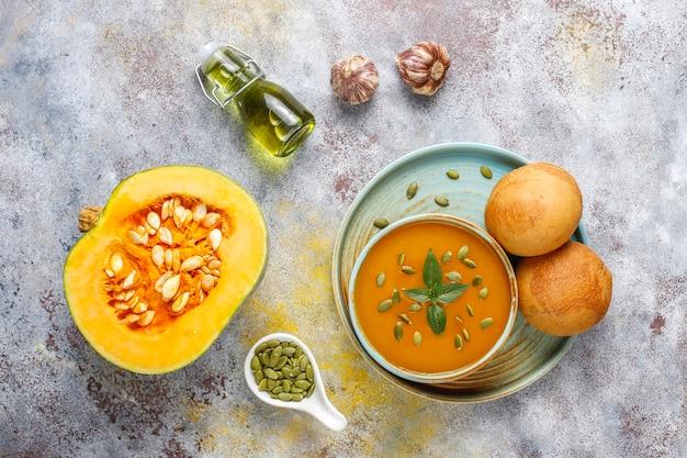 Чаша вкусного тыквенного супа с семенами. Бесплатные Фотографии