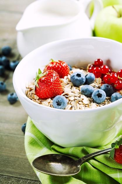 Чаша мюсли, клубники и черники для здорового завтрака Premium Фотографии