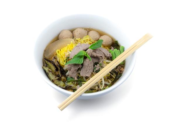 ミートボールとゆで牛肉のクリッピングパスを白で隔離される麺のボウル Premium写真