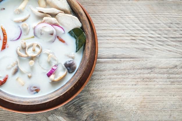 Тарелка тайского супа том кха кай Premium Фотографии