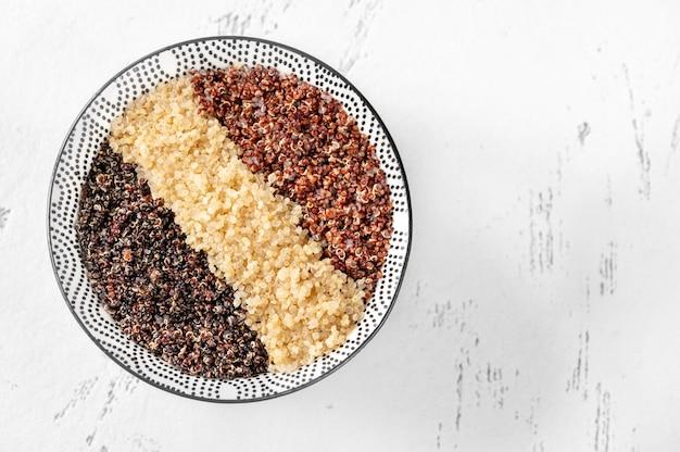 白、赤、黒の調理済みキノアのボウル Premium写真