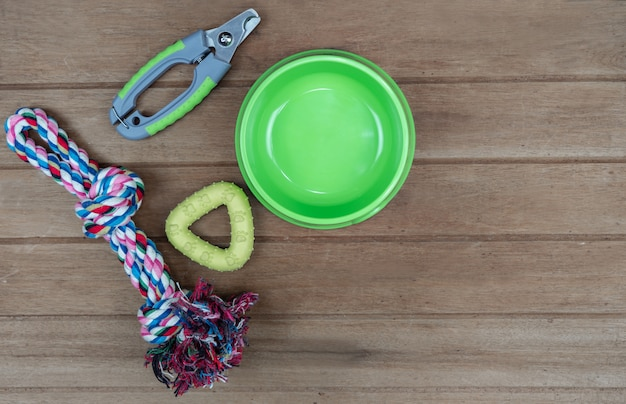 Bowl plastic and toy for pet on wooden table Premium Photo