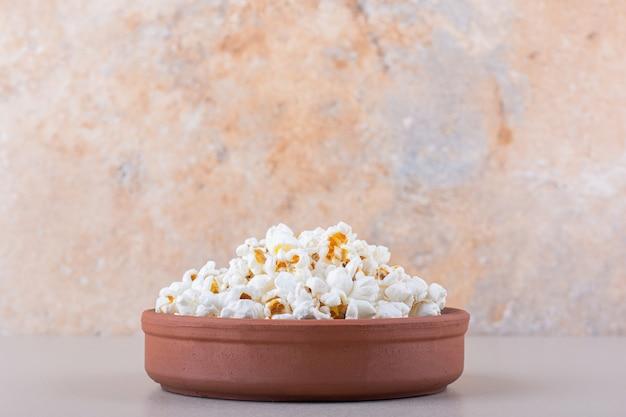 Ciotola di popcorn salato per la serata al cinema su sfondo bianco. foto di alta qualità Foto Gratuite