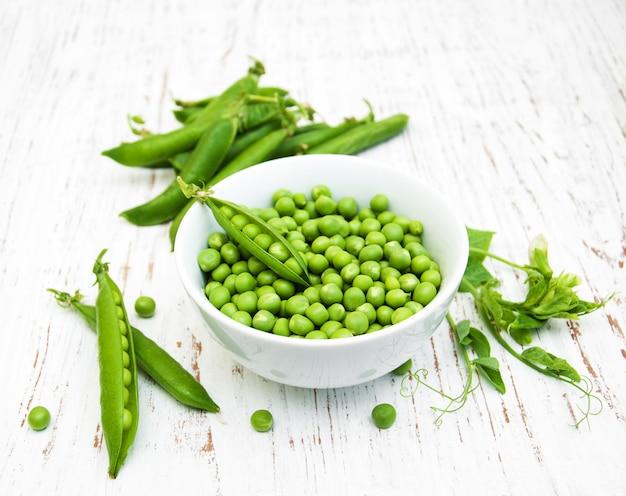 Bowl with fresh peas Premium Photo
