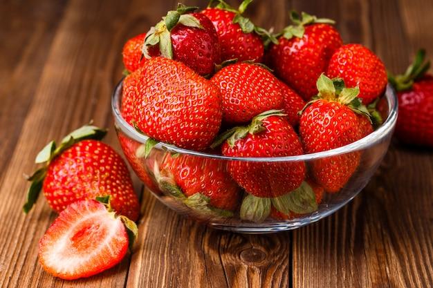 Bowl with fresh strawberries Premium Photo