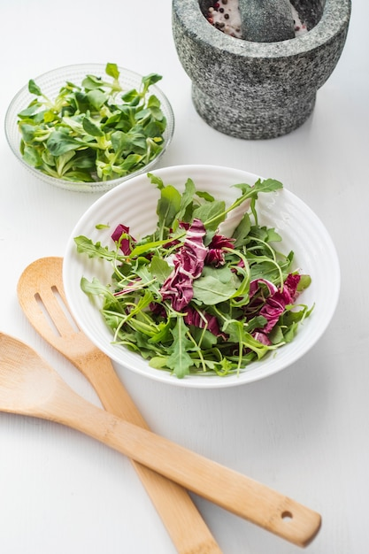 Bowl with lettuce salad | Free Photo