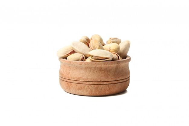 Чаша с фисташками, изолированные на белом фоне. витаминная пища Premium Фотографии