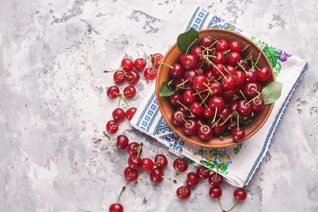 灰色の背景、上面図に赤い桜のボウル Premium写真