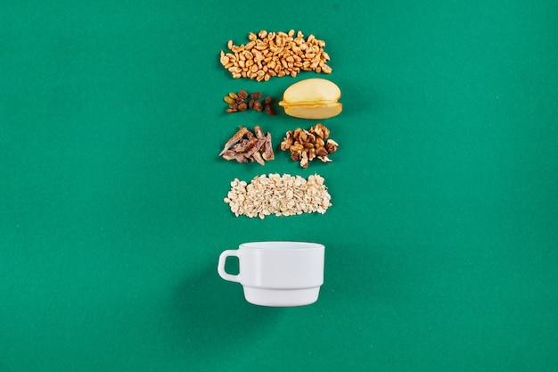 Чаша с вкусной мюсли и ингредиентами Premium Фотографии