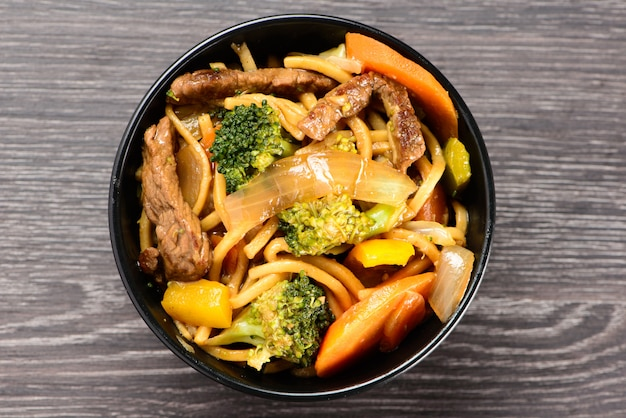 Bowl with yakisoba on table Premium Photo