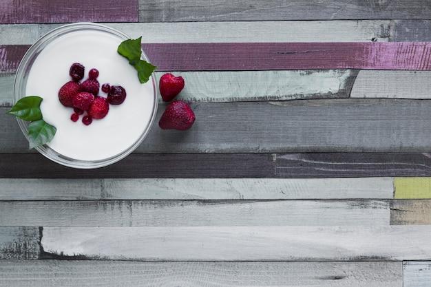 Bowl with yogurt and berries Free Photo