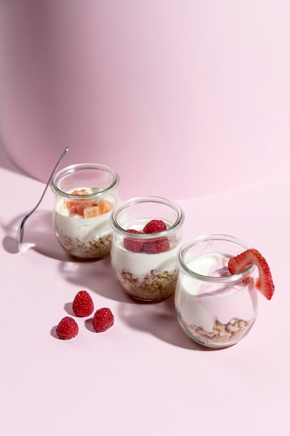 Ciotola con yougurt con lampone sulla scrivania Foto Gratuite