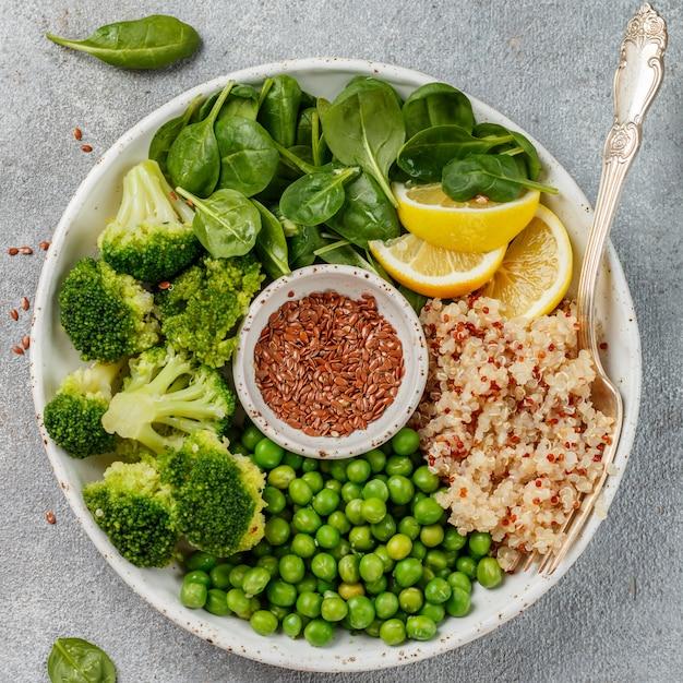 仏bowl。ブロッコリー、ほうれん草、エンドウ豆、レモン、亜麻の種子とオリーブオイルのキノア Premium写真