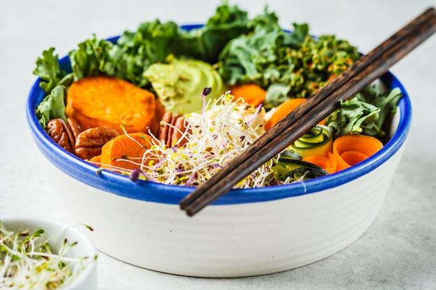 白いボウルでヘルシーなビーガンランチ。アボカドと仏bowl Premium写真