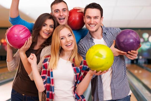 Il bowling con gli amici è l'idea migliore per l'intrattenimento Foto Gratuite