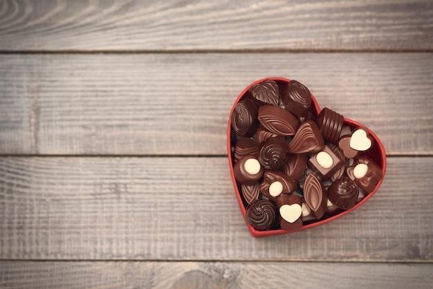 초콜릿 하트 가득한 상자 무료 사진