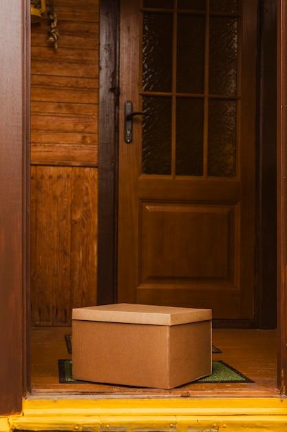 入り口のマットの上の箱 無料写真