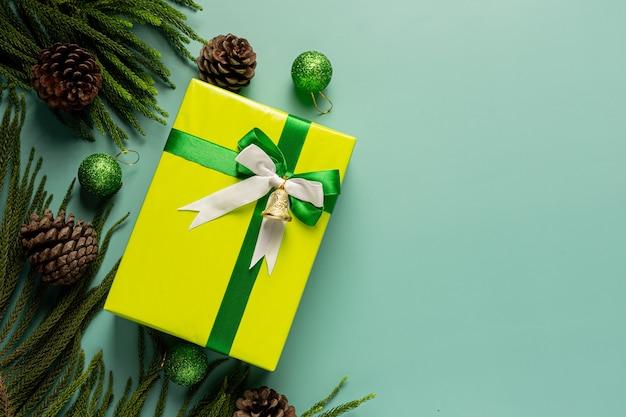 Scatola regalo con fiocco su sfondo verde chiaro Foto Gratuite