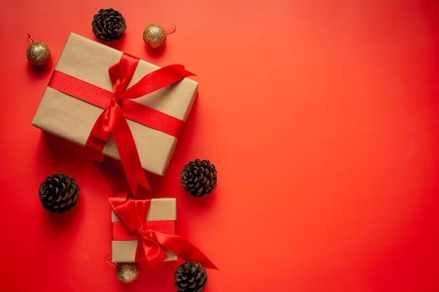 Scatola del presente con fiocco di nastro rosso su sfondo rosso Foto Gratuite