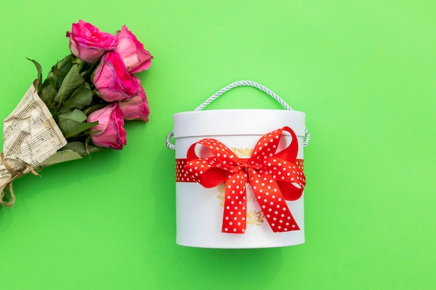 Box of sweets and bouquet of roses Free Photo
