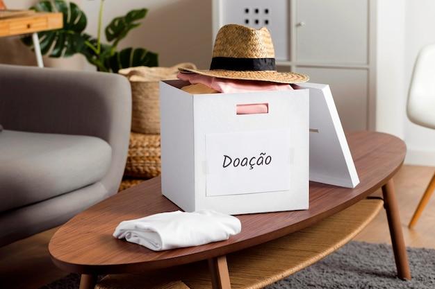 Коробка с пожертвованиями на столе Premium Фотографии