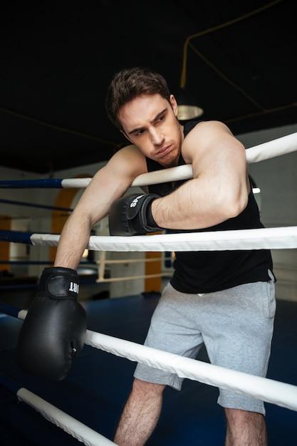ボクシングリングでボクサーのトレーニング。よそ見。 無料写真
