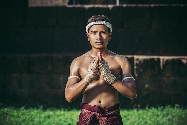 Боксеры связывают веревку руками и руками, чтобы уважать учителя. Бесплатные Фотографии