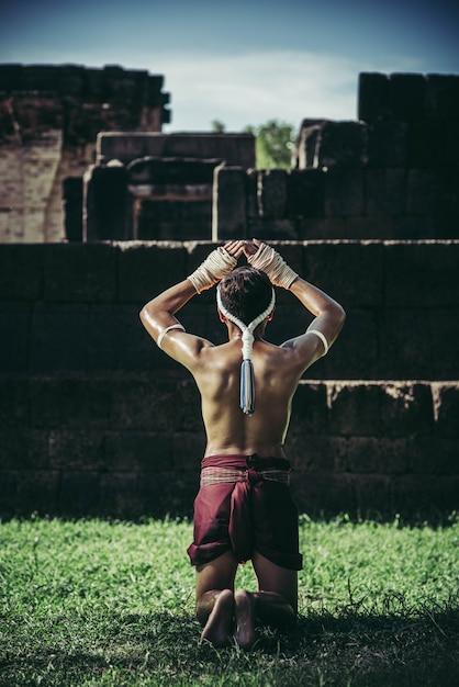 ボクサーはロープを手と手で結び、教師を尊重します。 無料写真