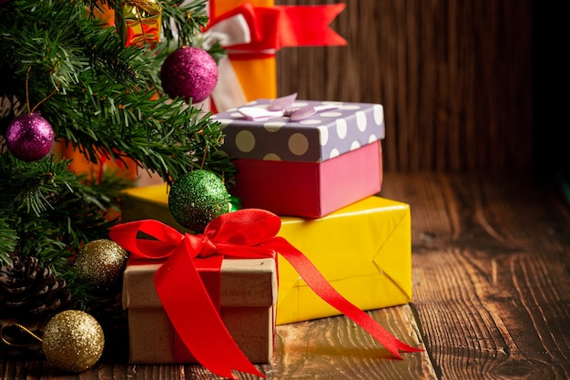 木製の背景にクリスマスの飾りとプレゼントの箱 無料写真