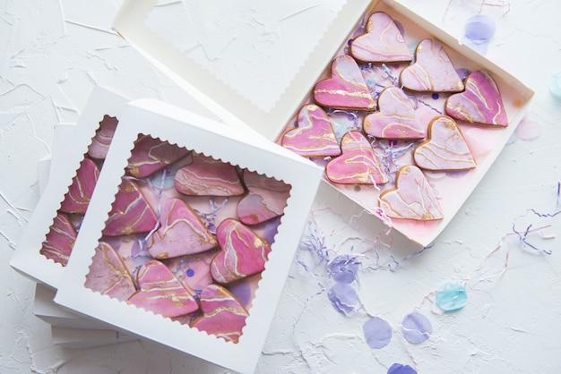 Коробочки с печеньем в виде мраморных сердечек для подарков Premium Фотографии