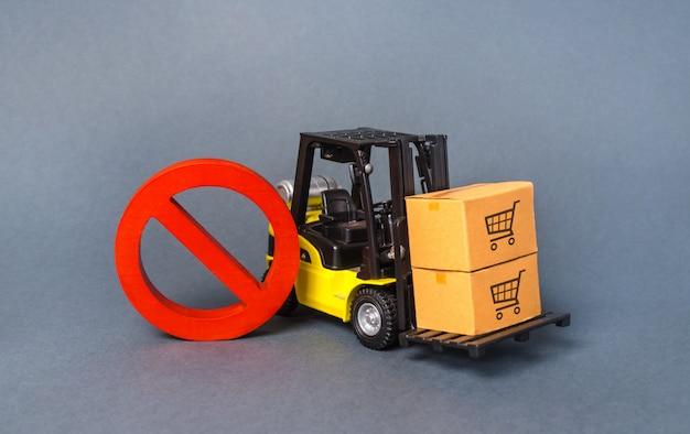 Желтый вилочный погрузчик несет boxex и красный символ запрета нет. эмбарго торговые войны Premium Фотографии