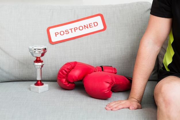Boxing event elements next to postponed message Free Photo