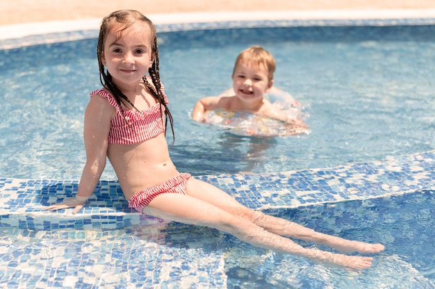 Мальчик и девочка в бассейне Premium Фотографии
