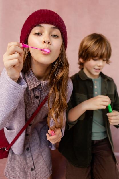 シャボン玉で遊ぶ男の子と女の子 無料写真