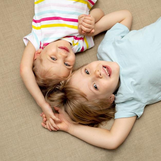 男の子と女の子が床に座って 無料写真